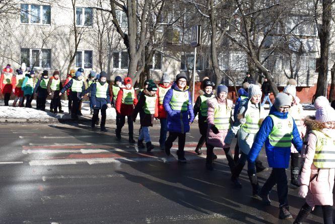 """""""Дорога до школи буде безпечнішою"""" -  хмельницьких школярів одягнули у світловідбиваючі жилети"""