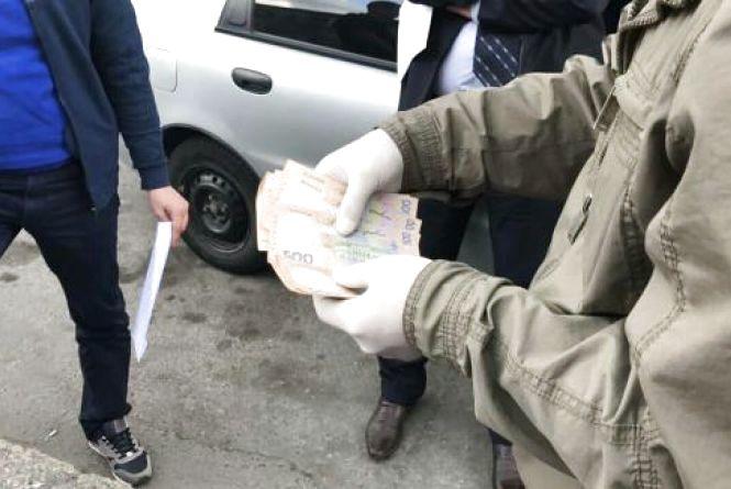 Полонський суд призначив штраф посадовцю, якого упіймали на хабарі