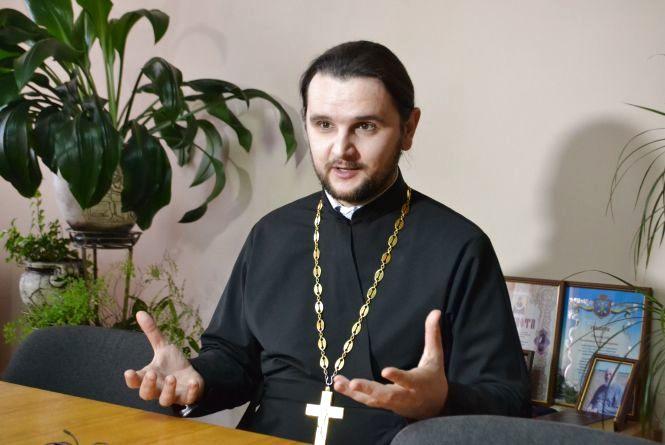 """Співучий священик з """"Голосу країни"""" у Хмельницькому: про сценічні костюми, гонорари і критику церкви"""