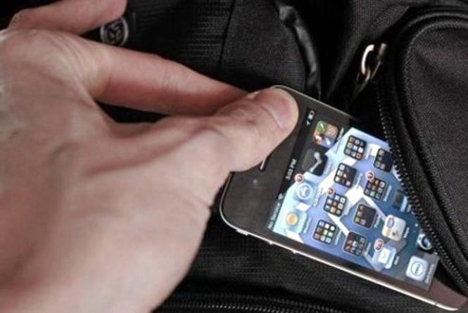 Злодії націлилися на телефони: за день у Хмельницькому обікрали 4 людей