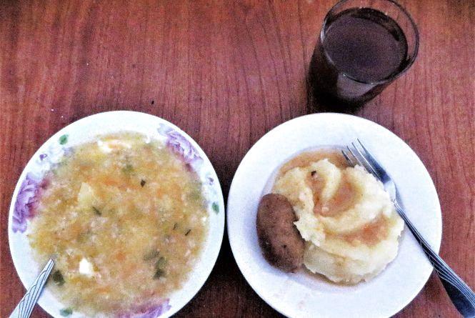 """Перевіряємо хмельницькі їдальні: як годують у """"Домовій кухні"""" біля майдану"""