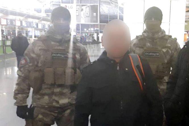 """Не в'їзний: """"кримінального авторитета"""" депортували із Хмельниччини"""