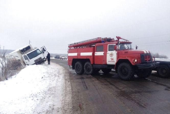 Чотири авто на Хмельниччині потрапили в снігову пастку. Самотужки вибратися не змогли