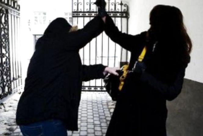 За один вечір у Хмельницькому грабіжники напали на двох жінок
