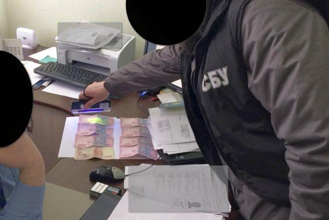 """На Хмельниччині посадець міграційної служби """"допомагав"""" за хабарі оформляти закордонні паспорти"""