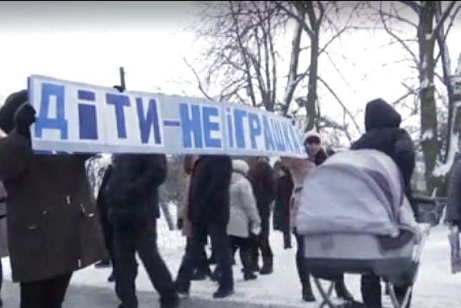 """""""Нас довели"""": на Ізяславщині селяни протестують проти закриття шкіл"""