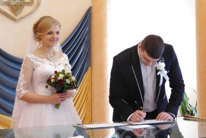 """""""Щоб чоловік не забув, коли вітати"""" - хмельницькі молодята про весілля на День Валентина"""