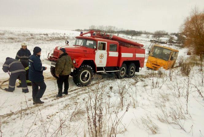 У Новоушицькому районі шкільний автобус з дітьми злетів у кювет