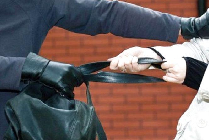 Вирвав сумку з рук і втік: у Хмельницькому на вулиці пограбували 70-річну бабусю