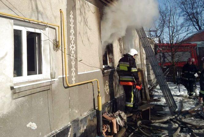 У Славуті із будинку охопленого полум'ям врятували трьох людей