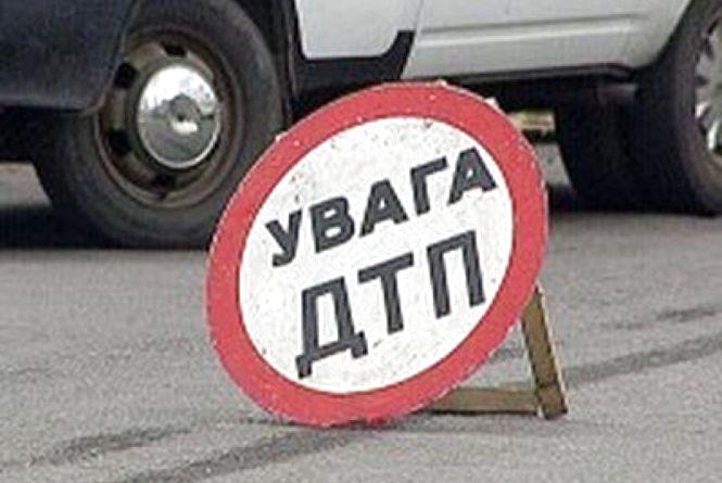 """У Дунаєвецькому районі """"Peugeot"""" злетів з дороги і врізався у дерево"""