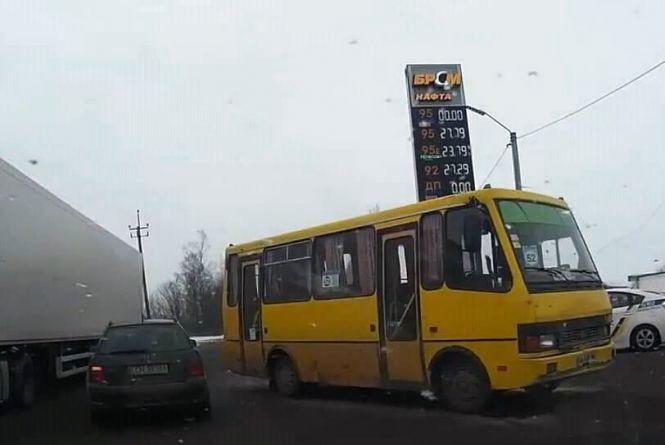 У Хмельницькому в ДТП потрапив автобус № 52