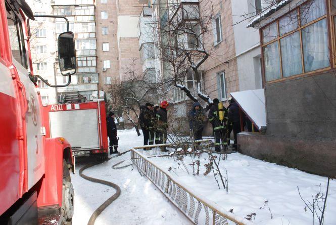 Дві бригади рятівників гасили пожежу в багатоповерхівці на Гречанах
