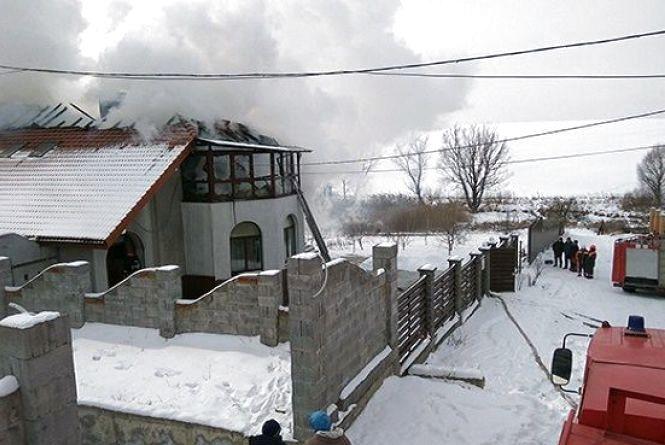 Двоповерховий будинок згорів на Дивокраї. Вогонь гасили 20 рятувальників на 4 машинах