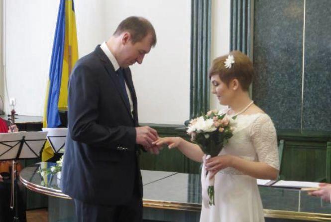 """""""Шлюб за добу"""" у Хмельницькому:  щомісяця 40 пар швидко реєструють стосунки"""