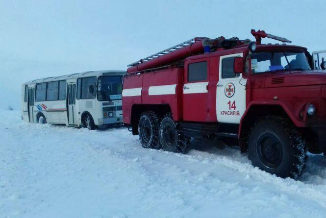 На Красилівщині рятувальники витягували зі снігу рейсовий автобус