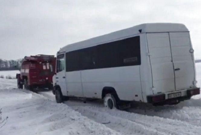 Автобус, вантажівки та легковики: понад 40 автівок потрапили у снігову пастку на Чемеровеччині