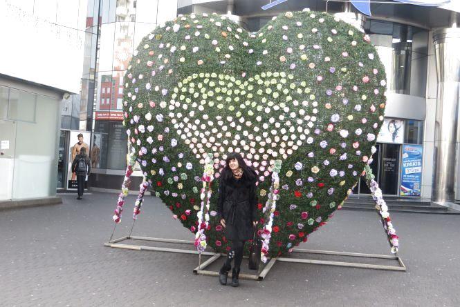"""Фото дня: велетенське серце біля """"Либідь Плази"""" прикрасили квітами"""