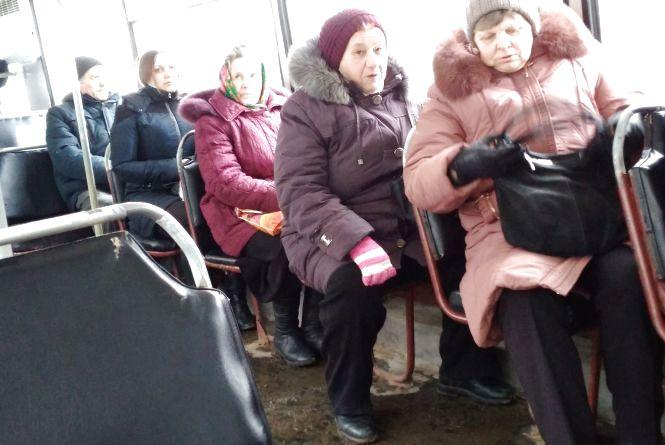 Куди їдуть пенсіонери у годину пік. Опитування в тролейбусі