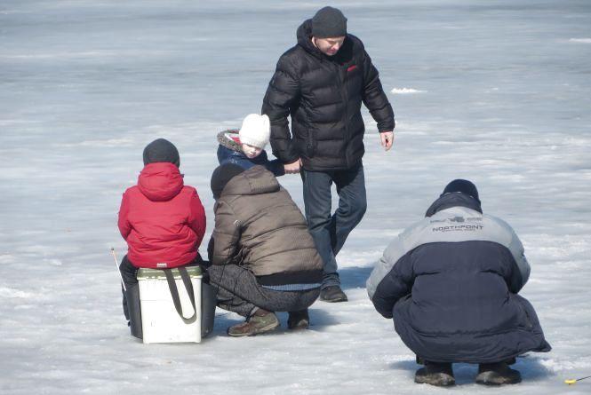 Фото дня: при +10 на Південному Бузі сидять рибалки і ходять діти