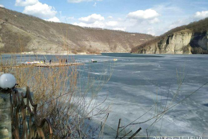 Після рибалки до лікарні: на Дністрі чоловік провалився під лід