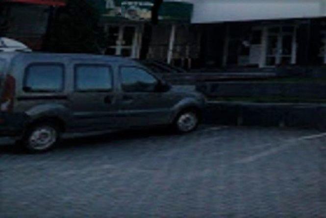 Легка нажива: за ніч у Хмельницькому обчистили два автомобілі