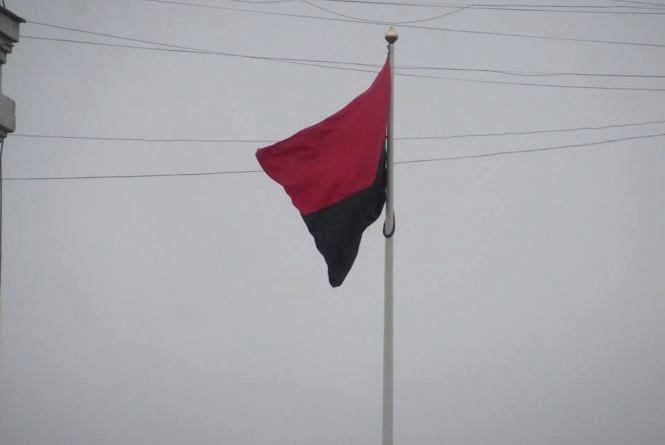 """""""Свобода"""" просуває підняття червоно-чорних прапорів. Що думають хмельничани"""