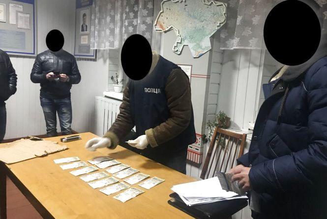 """Офіцера славутського військкомату, який за гроші """"відмазував"""" призовника від армії, взяли під варту"""