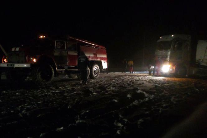 Наслідки негоди: на Дунаєвеччині дві вантажівки одночасно злетіли з дороги
