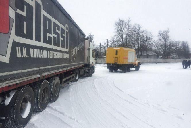 """Сніговий """"капкан"""": поблизу Війтівців вантажівка паралізувала рух на дорозі"""