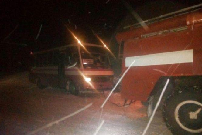Наслідки негоди на Хмельниччині: кілометрові затори та автобуси з пасажирами в заметах