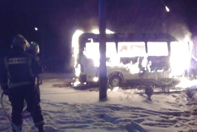 У Білогір'ї посеред дороги спалахнув автобус
