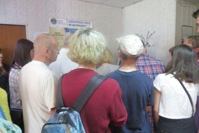 Паспортний стіл на Грушевського переїхав