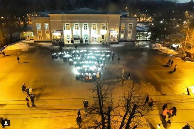 """Яскравий флешмоб: студенти ХНУ запалили """"Землю"""" у центрі міста"""