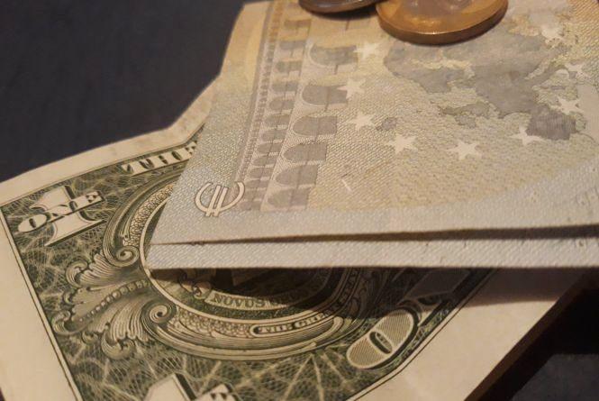 """Долар та євро """"поповзли"""" вгору: курс НБУ на 26 березня"""