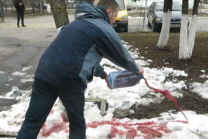 """""""Кривава"""" акція: директору макаронної фабрики залишили закон про декомунізацію і червоний сніг"""