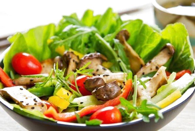 Пісний сніданок: готуємо салат з маринованих грибів з болгарським перцем