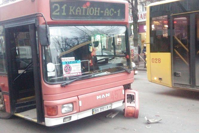 """Біля філармонії зіткнулись два """"BMW"""" і 21-ий автобус"""