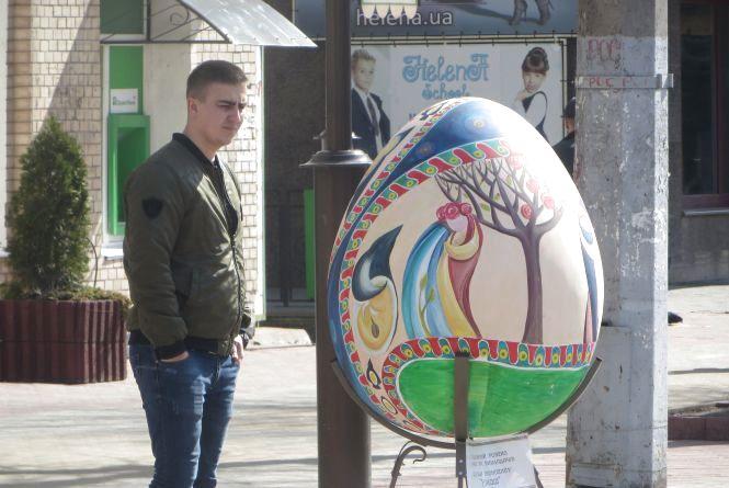 Фото дня: в центрі Хмельницького встановили 22 великі писанки