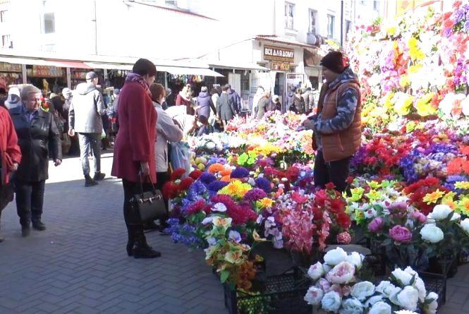 Штучні чи живі рослини? Які квіти варто нести хмельничанам на кладовища