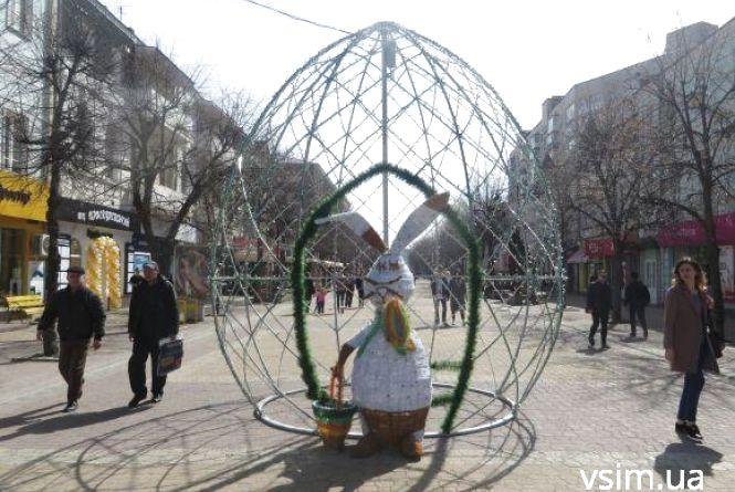 Сотні яєць і пасхальні кролики. Як прикрасили міста України до Великодня