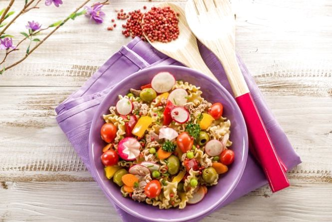 Смачний і швидкий сніданок: готуємо салат з тунцем