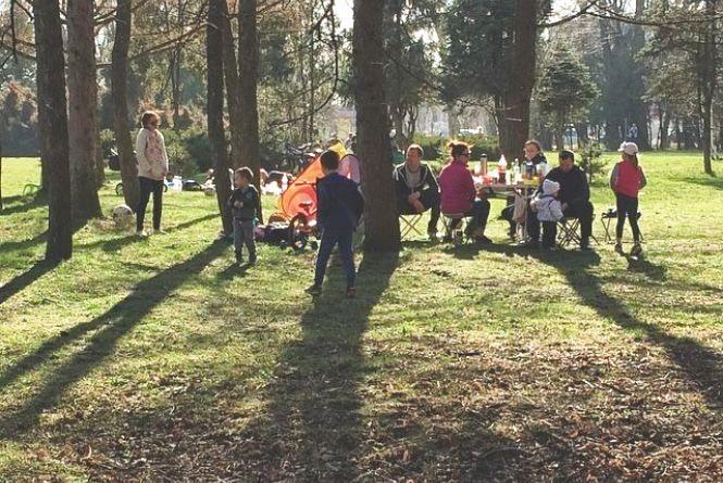 Хмельничани відсвяткували Великдень на природі. Їли шашлик і грали у футбол