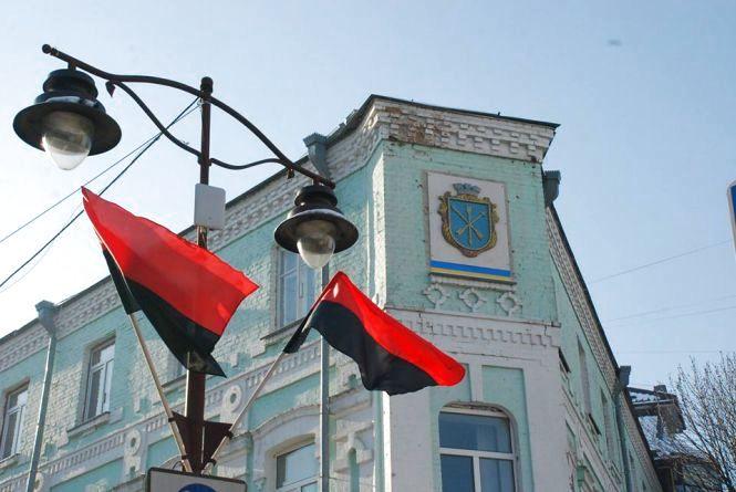 """""""Свобода"""" просунула питання підняття червоно-чорних прапорів у Хмельницькому"""