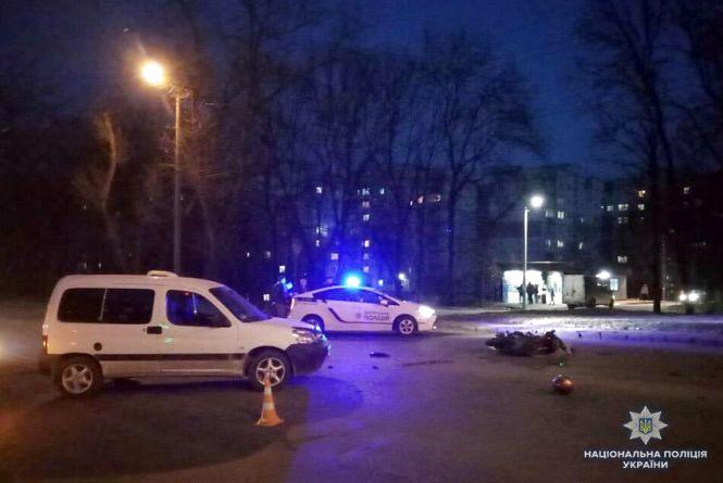 """ДТП на Львівському шосе: зіткнулися """"Пежо"""" і моторолер, троє постраждалих"""