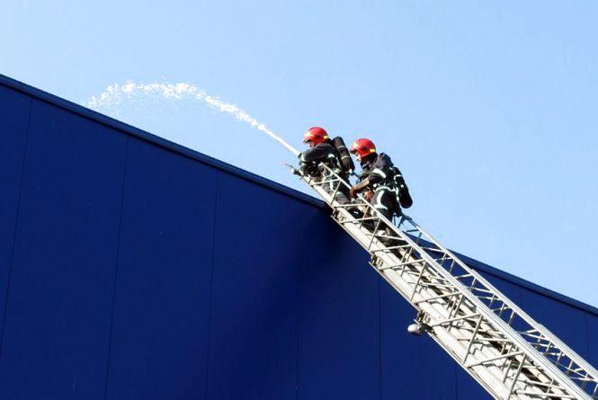 """""""Не панікуйте, пожежу загасили"""". Що десятки рятувальників робили в """"Епіцентрі"""""""