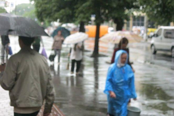 Діставайте парасольки та готуйтеся до похолодання. На Україну суне атмосферний фронт