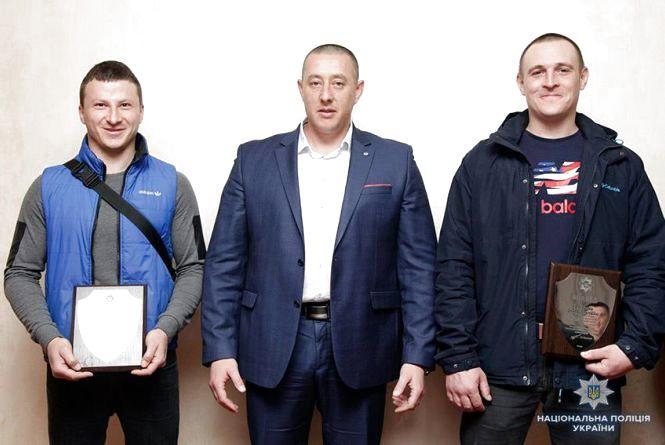 Головний поліцейський області нагородив двох хмельничан, які допомогли затримати озброєних бандитів