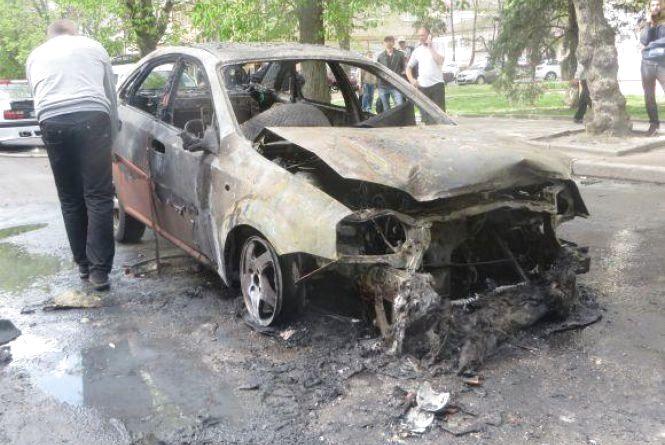 Хроніка ДТП у Хмельницькому: вщент згоріла автівка і школярка у реанімації