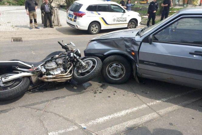 """Мотоцикліст опинився в лікарні після ДТП на Прибузькій. За кермом """"ВАЗу"""" була поліцейська"""